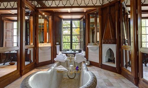 Phòng tắm của căn nhà nhìn xuống sân vườn.