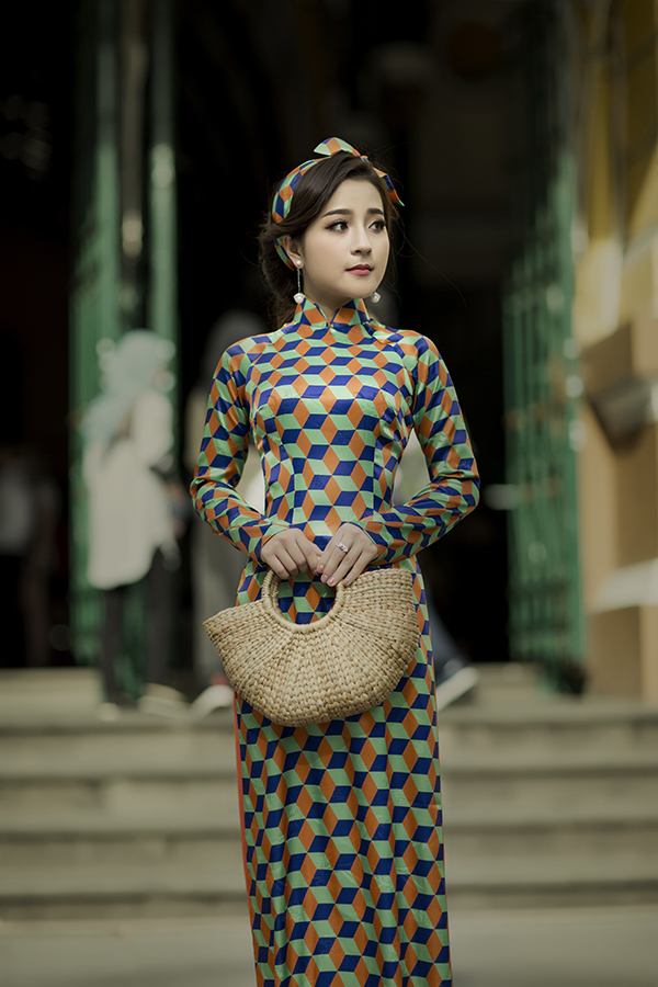'Sao Mai' Ngọc Ánh làm điệu với áo dài chấm bi