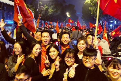 Việt Anh, Anh Đức hòa vào dòng người xuống phố ăn mừng.