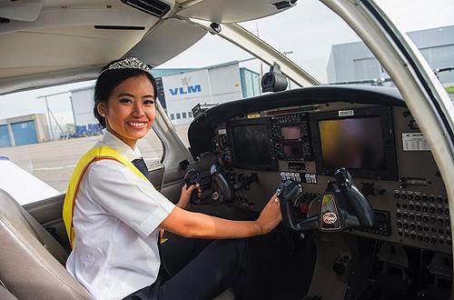 Người đẹp 22 tuổi mang vẻ đẹp Á đông. Cô gái sinh năm 1995 đang theo học khóa đào tạo phi công.
