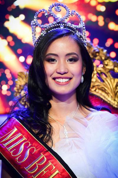 Bố mẹ Angeline Flor Pua đều là người Philippines nhưng cô sinh ra tại Bỉ. Mẹ cô làm việc tại một tiệm giặt là.