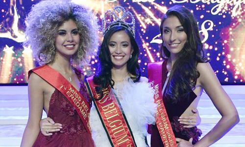 Angeline Flor Pua bên Zoe Brunet (trái - Á hậu 1) và Dhenia Covens (phải - Á hậu 2).