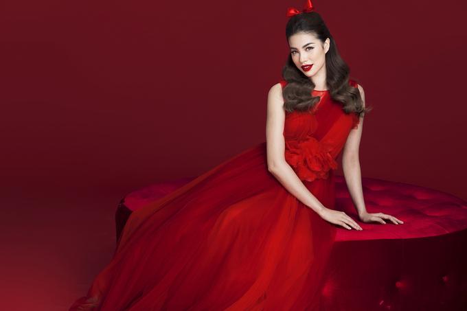 Phạm Hương diện 9 bộ váy đỏ theo phong cách khác nhau