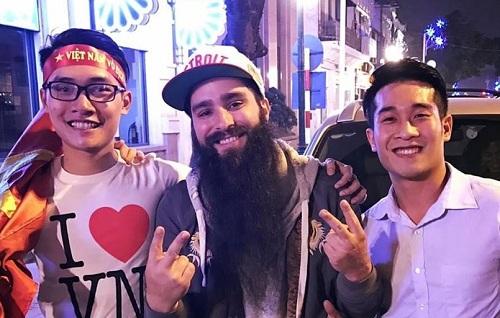 Đạo diễn Kong: Skull Island ăn mừng U23 Việt Nam chiến thắng cùng các fan Việt Nam.