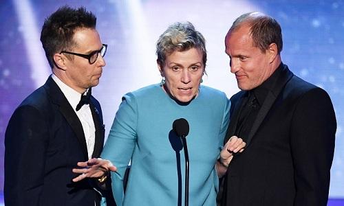 Các diễn viên Three Billboards Outside Ebbing, Missouri phát biểu khi nhận giải. Từ trái sang: Sam Rockwell vàWoody Harrelson.
