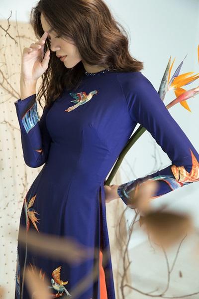 Các thiết kế gồm áo truyền thống lẫn cách tân ở phần cổ tròn.