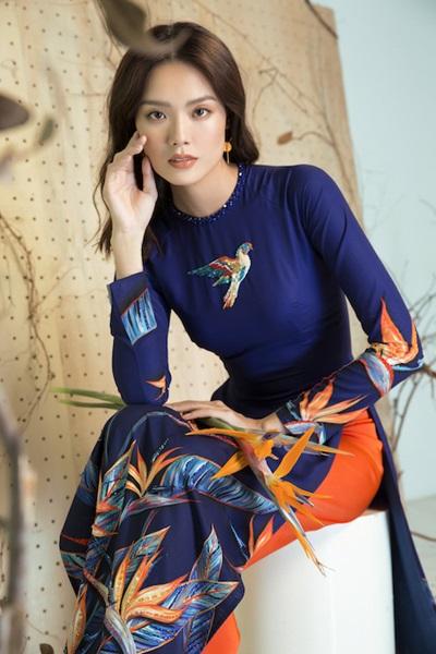 Với ý tưởng tạo nên sự tự tin, nổi bật cho người phụ nữ để đón một năm mới tốt lành, nhà thiết kế đã vận dụng những màu sắc nổi bật như cam, đen, đỏ, hồng... để tạo nên những họa tiết độc đáo cho từng mẫu thiết kế. Đặc biệt, với BST lần này, những màu sắc được hòa hợp với nhau, nổi bật trên nền vải trắng, xanh... giúp người mặc tự tin tỏa sáng. Đây sẽ là những trang phục giúp phái đẹp thêm phần nổi bật khi đi dạo phố, thăm gia đình, đi lễ chùa...