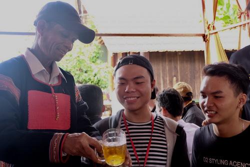 Bố HHen Niê mời nước các thành viên trongêkíphoa hậu.
