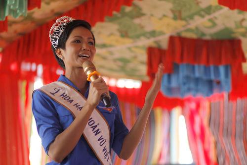 Hoa hậu chia sẻ bằng tiếng Ê đê khi về làng.