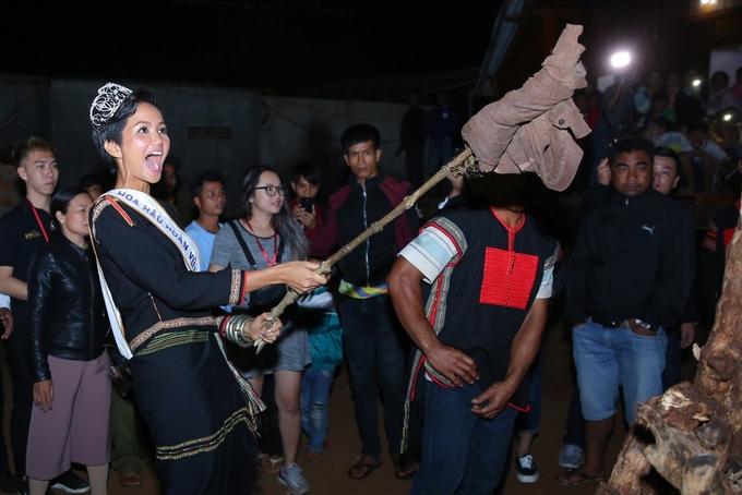H'Hen Niê đốt lửa trại, nhảy múa cùng người buôn làng