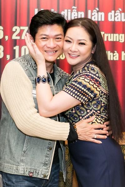 Ca sĩ Mạnh Đình và Như Quỳnh là cặp song ca ăn ý ở các sân khấu hải ngoại. Ảnh: HBN.