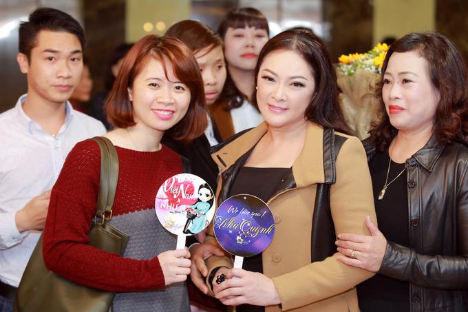 Fan đón Như Quỳnh đến Hà Nội giữa đêm