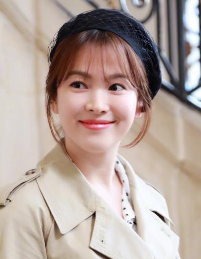 Nữ diễn viên tạo phong cách cổ điển với mũ lưới.