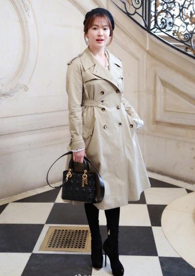Ngày 22/1 (giờ địa phương), Song Hye Kyo dự buổi trình diễn trong khuôn khổ Tuần thời trang cao cấp Paris Xuân Hè 2018, đang diễn ra ở Pháp. Cô mặc áo khoác váy kết hợp túi xách của Dior.