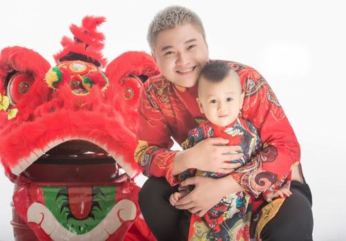 Vũ Duy Khánh và con trai hai tuổi.