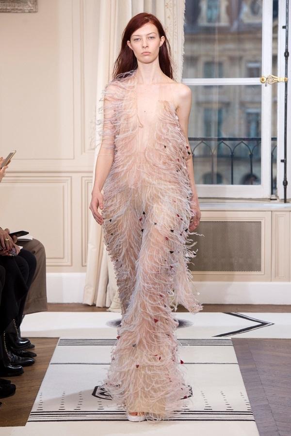 Người mẫu để hở ngực trần trong show Schiaparelli