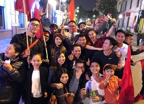 Đạo diễn Kong: Skull Island (phía sau) cùng fan Việtăn mừng chiến thắng của U23 Việt Nam ở tứ kết (ngày 20/1).