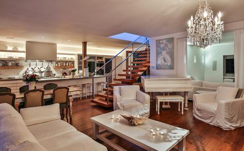 Pamela Anderson mua biệt thự này vào năm 2008 với giá 1,8 triệu USD. Hiện tại, mức giá của ngôi nhà này đã tăng lên 7 triệu USD. Theo Trulia, năm 2013, Pamela Anderson đã rao bán nhà với giá 7,7 triệu USD nhưng không có người mua.