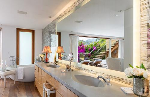 Toàn bộ khu bếp và nhà vệ sinh được Pamela Anderson sửa lại với nhiều chi tiết kim loại.