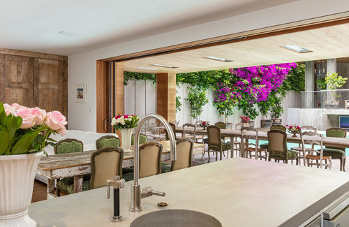Phòng ăn được thiết kế mở với một bàn trong nhà, một bàn bên hiên, ngay cạnh bể bơi.