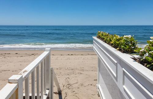 Biệt thự có đường riêng ra bờ biển.