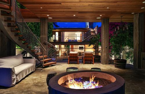 Trước đây, ngôi nhà do kiến trúc sư Philip Vertoc thiết kế. Sau khi mua lại, Pamela Anderson sửa lại nhiều chi tiết để phù hợp sở thích và mục đích sử dụng.