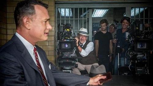 Steven Spielberg (đội mũ) trên trường quay The Post.