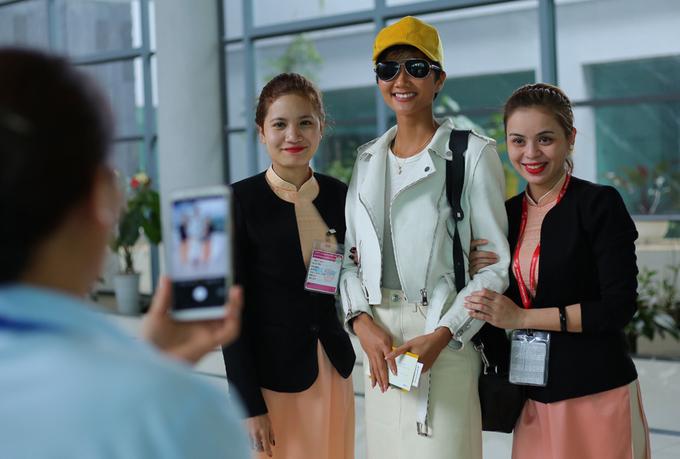 H'Hen Niê đưa bố mẹ lên thăm Sài Gòn