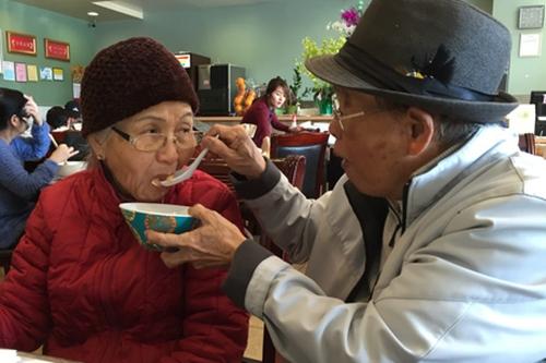 Ở tuổi già, Văn Chung vẫn thường xuyên chăm sóc cho người vợ gắn bó cùng mình suốt nửa thế kỷ.