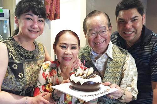 Các nghệ sĩ Thanh Thanh Tâm, Ngọc Đáng, Tuấn Châu (từ trái sang) mừng thọ Văn Chung.