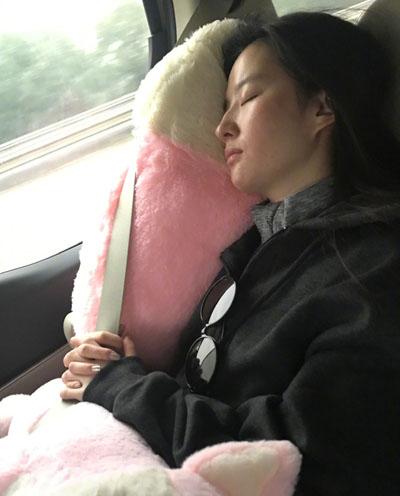 Bức ảnh mặt mộc được Diệc Phi chia sẻ trên Weibo. Cô ngủ trên ôtô khi di chuyển tới các điểm quảng bá phim mới. Người đẹp chưa lên tiếng sau khi Seung Hun thông báo chia tay.