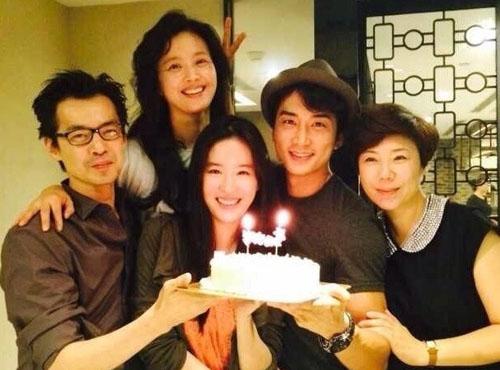 Trong thời gian quay Tình yêu thứ ba, Song Seung Hun thường đăng ảnh chụp cùng Lưu Diệc Phi trên trang cá nhân. Tháng 8/2014, anh dự sinh nhật của người đẹp. Một tháng sau, anh chia sẻ ảnh cùng Diệc Phi đi xem liveshow của PSY.