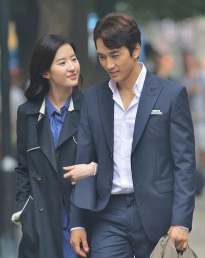 Năm 2015, đoàn phim Tình yêu thứ ba liên tục công bố ảnh và video hai diễn viên trong tác phẩm. Tháng 8 cùng năm, Sina đăng loạt ảnh Diệc Phi - Seung Hun hẹn hò buổi đêm, sau đó nam diễn viên về căn biệt thự của Diệc Phi ở Bắc Kinh. Nguồn tin cho hay Song Seung Hun tới để gặp gỡ ông bà ngoại và mẹ của Lưu Diệc Phi. Sau đó, hai diễn viên xác nhận yêu nhau.