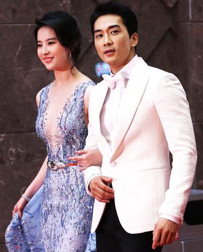 Trước những ồn ào, Lưu Diệc Phi khẳng định yêu Song Seung Hun nghiêm túc và muốn tìm hiểu anh để tiến tới hôn nhân. Trong khi Seung Hun cho biết anh và Diệc Phi không có lý do để giả vờ hẹn hò.
