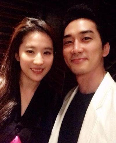 Năm 2014, Song Seung Hun đăng trên Weibo ảnh gặp gỡ Lưu Diệc Phi tại Liên hoan phim Thượng Hải. Lúc này, họ đã xác nhận đóng cặp trong phim điện ảnh Tình yêu thứ ba. Diệc Phi nhận xét ấn tượng của cô lần đầu gặp Song Seung Hun là đẹp trai, ánh mắt hớp hồn người khác. Cô khen tiếng Anh của Song Seung Hun tốt hơn cô tưởng tượng, anh thích kể chuyện cười bằng tiếng Anh.
