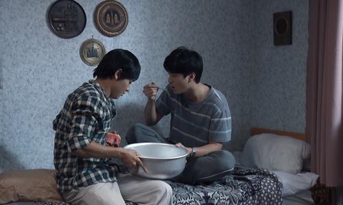 Nhân vật Hùng (phải) trốn học, giả ốm khi biết tin cô giáo đến thăm.