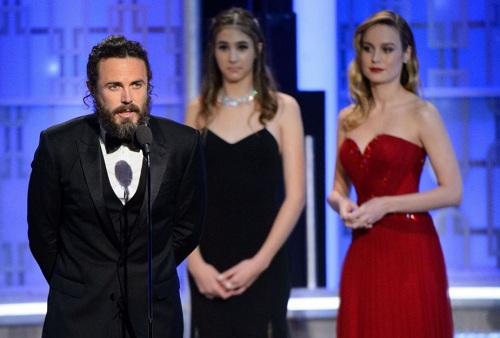 Brie Larson (váy đỏ) lạnh lùng khi Casey Affleck phát biểu ở Oscar.