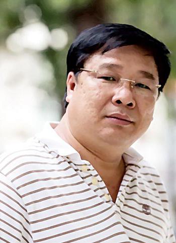 Nhạc sĩ Đinh Trung Cẩn sinh năm 1956 ở Bình Thuận. Ca khúc nổi tiếng nhất của ông là Tổ quốc gọi tên mình, phổ thơ Nguyễn Phan Quế Mai.