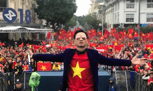 Thành Trung xem bóng đá cùng người hâm mộ ở Nhà hát Lớn Hà Nội.