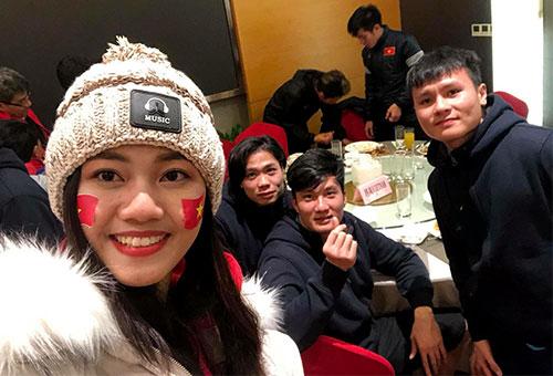 Thanh Tú đã có mặt tại khu vực ăn tối của đội tuyển U23 Việt Nam để chúc mừng họ.