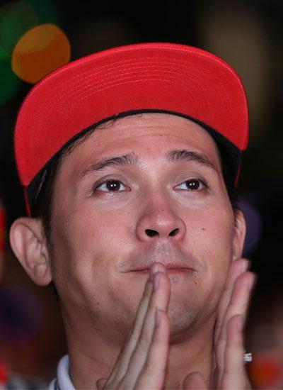 Ca sĩ Nguyên Vũ lén lau nước mắt rồi mỉm cười tán thưởng đội U23 khi tiếng còi báo hiệu kết thúc trận đấu vang lên.