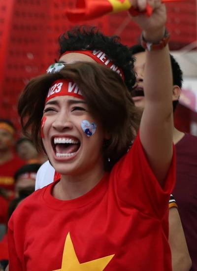 Ca sĩ Pha Lê vỡ òa khi cầu thủ Quang Hải sút bóng gỡ hòa cho đội tuyển U23.