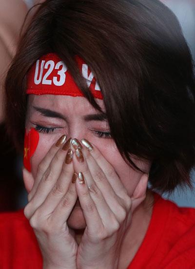 Sau khi U23 để thủng lưới ở phút chót, nhiều sao bàng hoàng, tỏ ra không tin là sự thật. Ca sĩ Pha Lê gục xuống, ôm mặt khóc nức