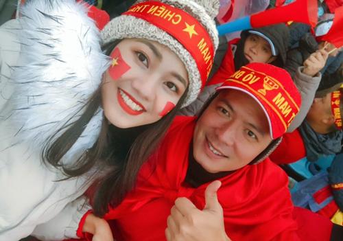 Bình Minh cũng kịp bay sang Trung Quốc trong sáng nay để hòa vào không khí cổ động với tình cảm hướng về đội U23 Việt Nam.