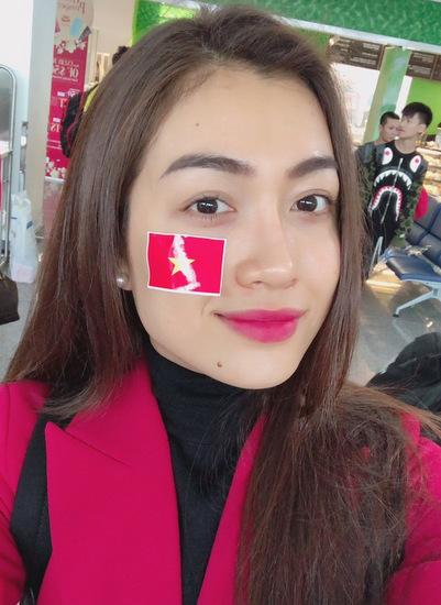 Lệ Hằng cho biết cô rất ấn tượng khi hành khách trên máy bay đều mặc áo đỏ hoặc áo thun đỏ in hình sao vàng kèm các slogan Việt Nam vô địch, Tự hào U23 Việt Nam... Sân bay ngập tràn trong sắc đỏ và mọi người đều hào hứng, đoàn kết hơn bao giờ hết, cô chia sẻ.