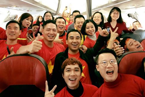 Vợ chồng Hoàng Bách, Bình Minh, Quyền Linh và những người bạn đã bay chuyến 4h sáng 27/1 để kịp có mặt tại Thường Châu, Trung Quốc ủng hộ đội tuyển. Anh chia sẻ máy bay chật kín người, hầu hết đều mặc đồ đỏ để sẵn sàng ra sân cổ vũ ngay khi đến nơi.