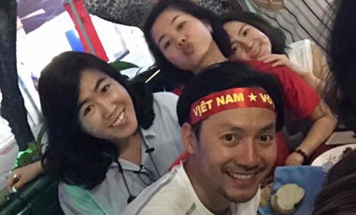Rapper Tiến Đạt ăn mừng cùng những người bạn. Anh cho biết đã chạy ngoài đường như một người điên vì quá vui trước thành công của U23 Việt Nam.