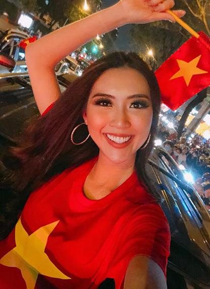 Vừa trở về, người đẹp nhanh chóngđi bão mừng U23 Việt Nam trên xe mui trần. Cô cho biết những ngày qua, cô ở Ai Cập cũng sốt ruột vì không được xem trận đấu cũng như hòa chung không khí với người hâm mộ.
