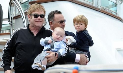 Hạn chế dần các tour diễn, Elton John dành thời gian chăm sóc chồng và con cái.