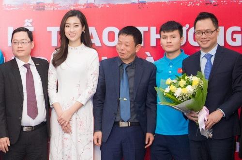 Mỹ Linh chụp ảnh lưu niệm cùng các cầu thủ và khách mời.